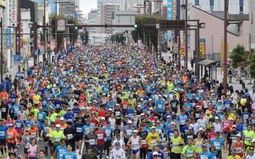 1万3000人のランナーが疾走した水戸黄門漫遊マラソン=午前9時5分ごろ、水戸市大工町1丁目、菊地克仁撮影