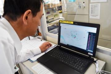【パソコンに映し出された利用者と運転手の現在地を確認する職員=熊野市有馬町の三重交通南紀営業所で】