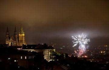 旧チェコスロバキアの建国100年を記念して打ち上げられた花火=28日、チェコ・プラハ(ロイター=共同)
