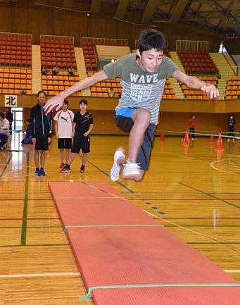 選考会で立ち三段跳びに挑戦する小6児童。このほか6種目で運動能力を測り、育成プログラムに進む児童を絞り込む=21日、八戸市体育館
