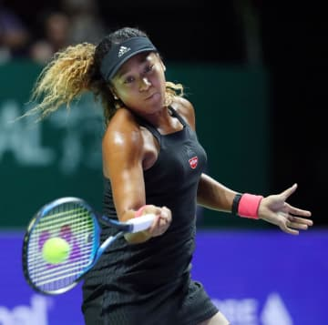 WTAファイナル1次リーグでキキ・ベルテンスと対戦する大坂なおみ=26日、シンガポール