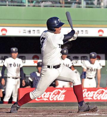 8回、適時打を放つ大阪桐蔭・西野=ほっともっと神戸