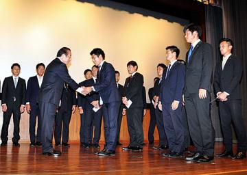 河村会長から祝福を受ける選手たち