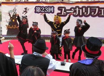 ステージで仮装をアピールする参加者=28日、佐倉市