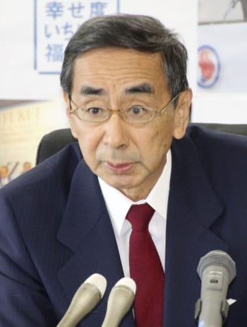 福井県庁で記者会見し、知事選に5選を目指して立候補する意向を表明する西川一誠知事=29日午前