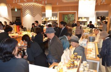 多くの来場客でにぎわうイバラキセンス=25日、東京・銀座