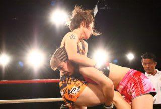 石岡沙織にタックルを仕掛ける浅倉カンナ。浅倉はこの試合に勝利してRIZIN出場のチャンスをつかんだ