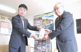 伊達市社協を訪れ善意を手渡す岡村さん(左)