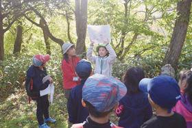 参加者に鉱山地区に広がる大自然を案内する小学生ら(中央)