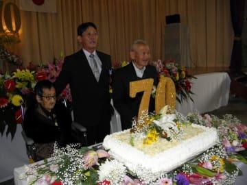 70周年を祝いケーキカット