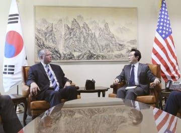 会談する米国務省のビーガン北朝鮮担当特別代表(左)と韓国外務省の李度勲・朝鮮半島平和交渉本部長=29日、ソウルの韓国外務省(共同)