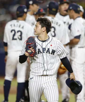 日本―メキシコ タイブレークの10回、2失点し降板する成田=バランキジャ(共同)