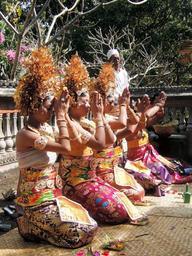 豪華な髪飾りを付け、大きな布を巻く婚礼衣装の女性たち=インドネシア・バリ島(武居さん提供)