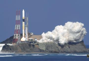 温室効果ガス観測衛星「いぶき2号」を載せ、打ち上げられるH2Aロケット=29日午後1時8分、鹿児島県の種子島宇宙センター