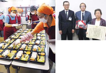 手際よく料理をつめる作業の様子(左)と市から贈られた賞状と盾を持つメンバーら(右)