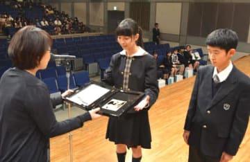 最優秀賞に選ばれ、記念の盾を受け取る齋藤さん(中)と三笠さん(右)
