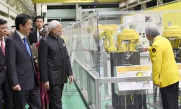 28日、山梨県にあるファナックの工場を視察するモディ首相(右から2人目)と日本の安倍首相(左から2人目)=インド政府提供