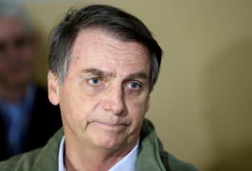 28日、ブラジル・リオデジャネイロの投票所に到着したボルソナロ氏(ロイター=共同)