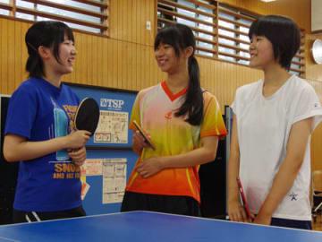 全国大会で優勝を果たした(左から)竹内さん、大下さん、海部さん=京都市中京区・朱雀高