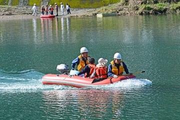 【ボートを使っての孤立者救助訓練(和歌山県古座川町高池で)】