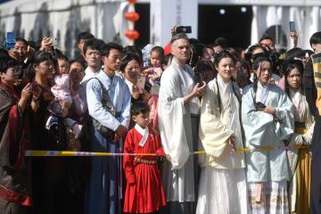 江南の水郷で「漢服ショー」開催 浙江省西塘古鎮