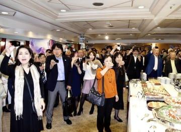クルーズ船を貸し切って開かれた東京福井県人会の発足120周年記念祝賀会で乾杯する参加者=10月28日、東京湾