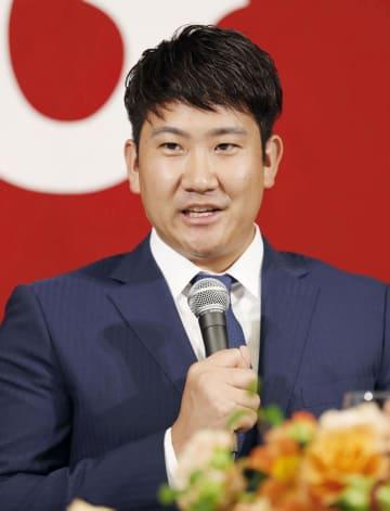 2年連続で沢村賞に選ばれ、記者会見する巨人・菅野=29日午後、東京都内のホテル