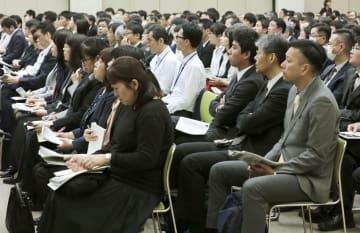 職場での障害者支援を学ぶ講座で、話を聞く中央省庁の職員ら=29日、厚労省