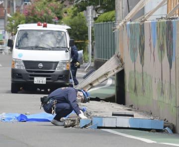 大阪府北部地震で高槻市立寿栄小のブロック塀が倒壊し女児が下敷きになり死亡した現場=6月