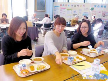 学校給食を楽しむ人たち=25日、加須市役所1階市民ギャラリー
