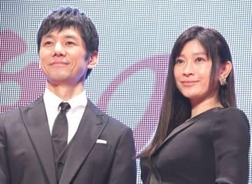 映画「人魚の眠る家」のレッドカーペットイベントと舞台あいさつに登場した西島秀俊さん(左)と篠原涼子さん