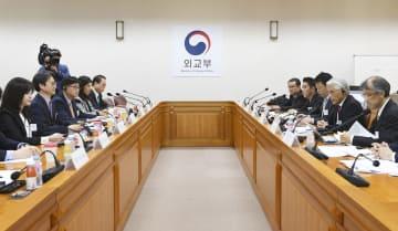 29日、ソウルの韓国外務省で開かれた日本外務省の有識者会合と、韓国側が設置した官民作業部会のメンバーらの会合(共同)