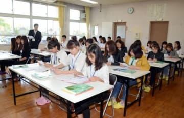 旧山田小学校跡を改修した研修施設で学ぶ外国人技能実習生ら=薩摩川内市東郷