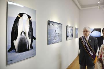 開催中の写真展で南極について説明する池田宏さん=28日、台北市内(共同)