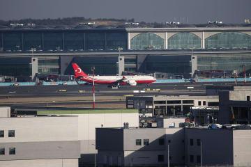 29日、イスタンブールで部分開業した新空港に到着したトルコの大統領機(アナトリア通信提供、ゲッティ=共同)