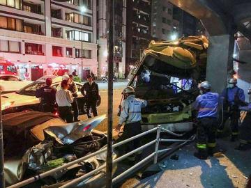 事故で大破した神奈川中央交通の路線バス(右)と追突された乗用車(左手前)=28日午後10時35分ごろ、横浜市西区桜木町4丁目