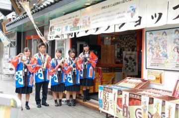 高校生が特製パンを販売、売り上げの一部を神奈川新聞厚生文化事業団に寄託した。