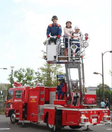 はしご車に試乗する子どもたち=秦野市役所