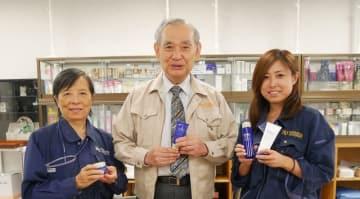 発売中の化粧品を手にする今井さん、田嶋教授、宮坂さん(左から)=神奈川大