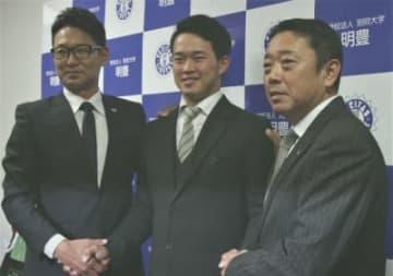 活躍を誓う浜田(中央)とヤクルトの橿渕デスク(左)、松田担当スカウト=29日、明豊高
