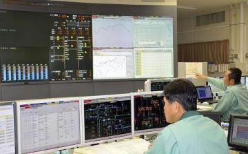 四国電力本店の中央給電指令所で、伊方原発3号機の発送電開始作業をする運転員=30日未明、高松市