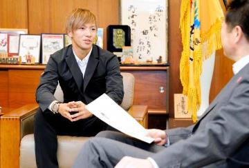 「かがやき松山大賞」を受賞し、アジア大会での経験などを話す愛媛FCの神谷優太(左)=29日、松山市役所
