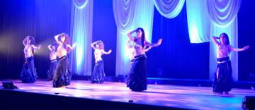 【ベリーダンスを披露する練習生ら=多気町相可の多気町民文化会館で】