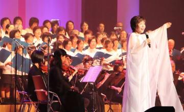 コンサートで美しい歌声を響かせる松口さん(右)=平戸文化センター