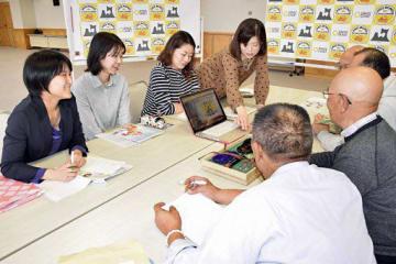 作成した特設サイトを「ツル多はげます会」のメンバーに披露するママボノチーム=23日、県庁