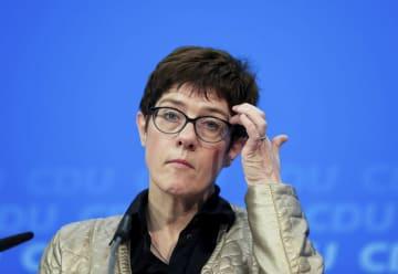 28日、ベルリンのCDU本部で記者会見するクランプカレンバウアー幹事長(アナトリア通信提供、ゲッティ=共同)