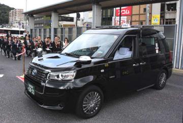 JR大津駅前で開かれた式典で、出発する観光タクシー(大津市春日町)