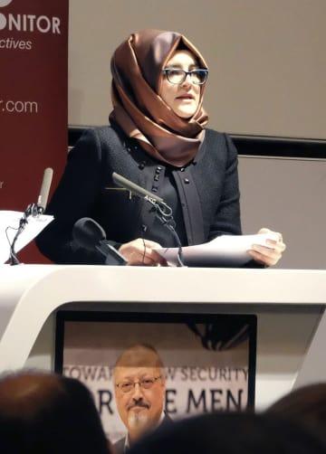 29日、ロンドンで開かれたサウジ人記者カショギ氏の追悼集会で話す婚約者のハティジェ・ジェンギズさん(共同)