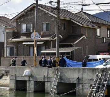 高齢女性の遺体が見つかった住宅を調べる広島県警の捜査員=30日午後1時27分、広島県呉市