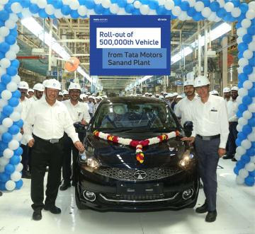 サーナンド工場で50万台目の出荷を祝うタタ・モーターズの関係者ら=同社提供